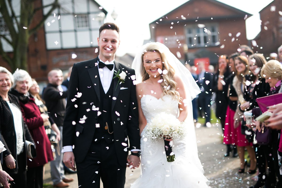 couple walking through the guests with confetti